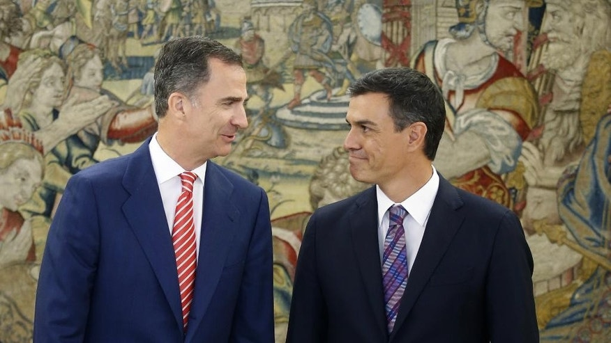 Spain's King Felipe VI chats with Spain's Socialist Party leader Pedro Sanchez, right, while they pose for pictures during their meeting at the Zarzuela Palace in Madrid, Spain, Thursday, July 28, 2016. King Felipe is having talks with political party leaders in an attempt to break a deadlock in finding a candidate capable of forming a government. (AP Photo/Angel Diaz, Pool)