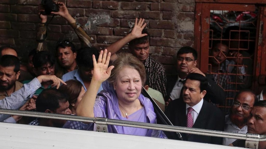 Bangladesh's former prime minister and Bangladesh Nationalist Party leader, Khaleda Zia, center, waves at her supporters as she leaves a court after a hearing in Dhaka, Bangladesh, Wednesday, Aug. 10, 2016. Zia is being tried for several alleged cases of corruption. (AP Photo)