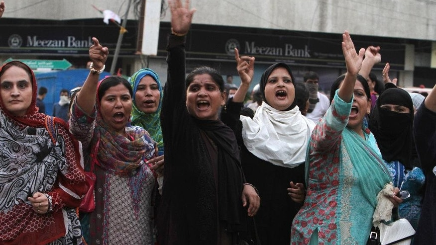 Activists of Pakistan's Muttahida Qaumi Movement protest against government in Karachi, Pakistan, Monday, Aug. 22, 2016. Pakistani officials say protesters have attacked TV stations and clashed with police in the southern city of Karachi, leaving one person dead and eight others wounded, including three media workers. (AP Photo/Fareed Khan)