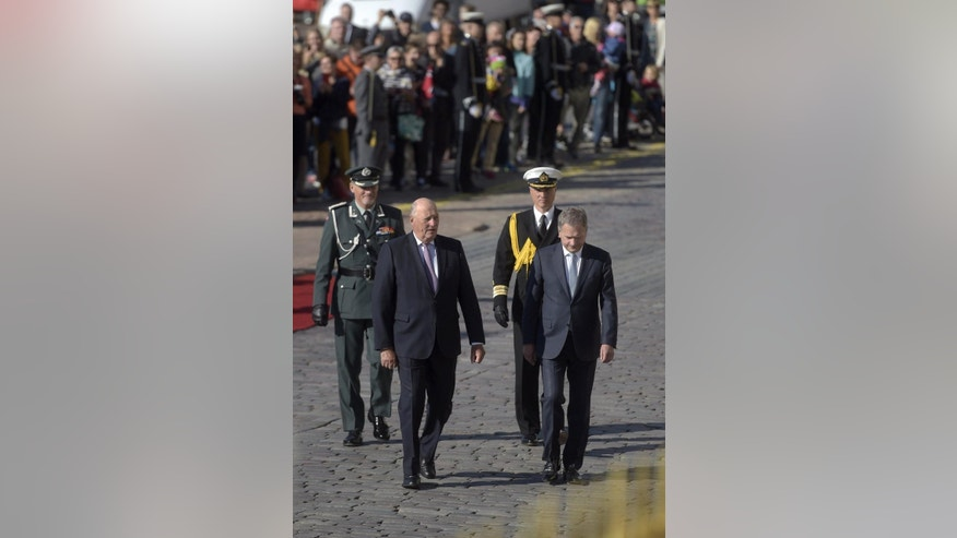 Norway's King Harald V, second from left, walks with Finland's President Sauli Niinisto toward Presidential Palace in Helsinki, Finland, Tuesday, Sept. 6, 2016. The king began his state visit to Finland. (Vesa Moilanen/Lehtikuva via AP)