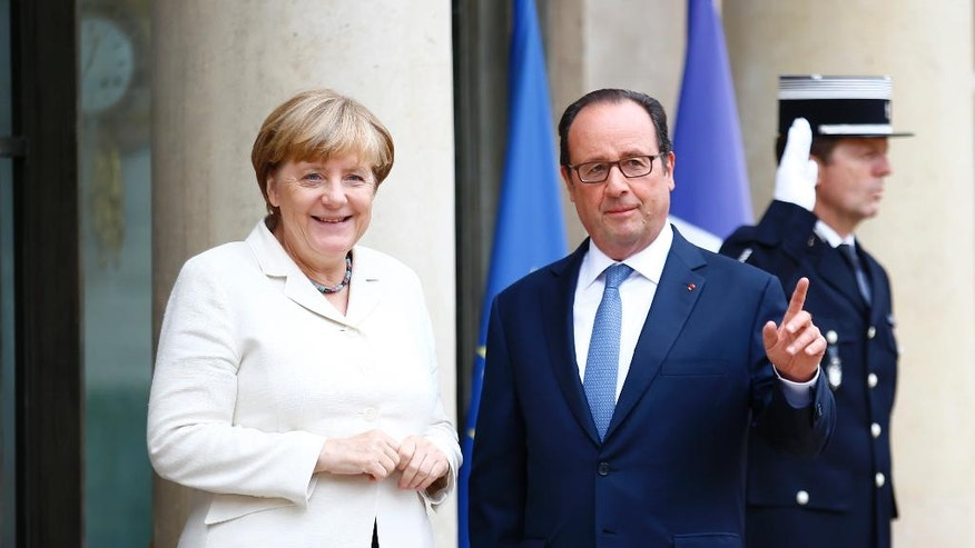 French President Francois Hollande and German Chancellor Angela Merkel pose for photographers prior to their meeting at the Elysee Palace in Paris, Thursday, Sept. 15, 2016. Merkel and Hollande meet in Paris to coordinate their strategies for an EU without Britain ahead of a key EU summit in Bratislava, Slovakia. (AP Photo/Francois Mori)