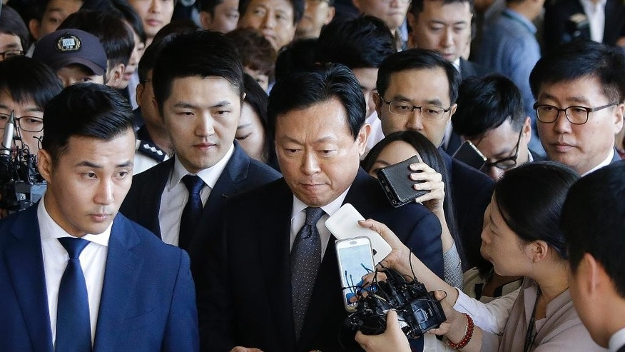 Lotte group chairman Shin Dong-bin, center, arrives to undergo questioning over suspected embezzlement at the Seoul Central District Prosecutors' Office in Seoul, South Korea, Tuesday, Sept. 20, 2016. Shin was summoned to Seoul District Public Prosecutor's Office on Tuesday to be questioned over allegations of malpractice and embezzlement involving his group. (AP Photo/Ahn Young-joon)