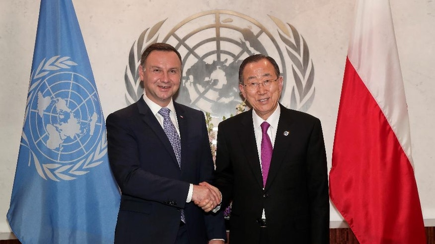 Andrzej Duda, President of Poland, left, poses for a photo with United Nations Secretary-General Ban Ki-moon, Monday, Sept. 19, 2016, at U.N. headquarters. (AP Photo/Julie Jacobson)