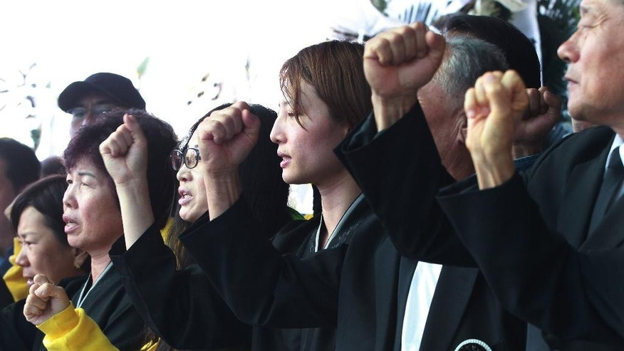 Baek Dora-ji, center in black attire, daughter of the late farmer activist Baek Nam-gi, and protesters shout slogans against the government at the Seoul National University Hospital in Seoul, South Korea, Monday, Sept. 26, 2016. Dozens of activists are commemorating Baek who died in the hospital almost a year after being knocked unconscious by water cannons during protests against South Korea's government. (AP Photo/Ahn Young-joon)