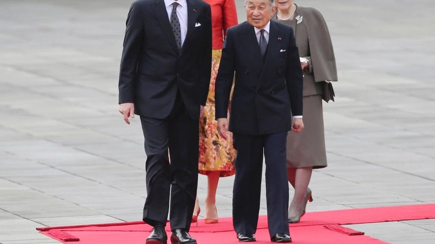 Belgium King Philippe, left, Queen Mathilde, second from left, are escorted by Japan's Emperor Akihito, second from right, and Empress Michiko, right, during a welcome ceremony at the Imperial Palace in Tokyo, Tuesday, Oct. 11, 2016. (AP Photo/Koji Sasahara, Pool)