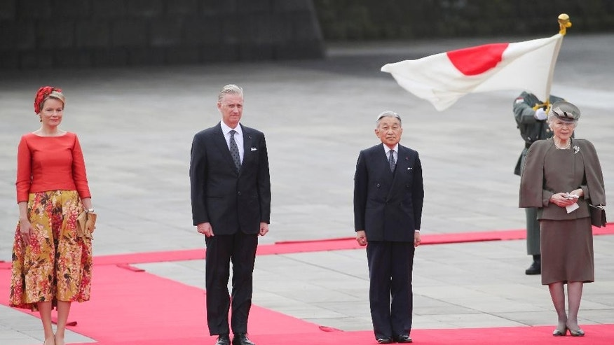 Belgium King Philippe, second from left, Queen Mathilde, left, Japan's Emperor Akihito, second from right, and Empress Michiko, right, attend a welcome ceremony at the Imperial Palace in Tokyo, Tuesday, Oct. 11, 2016. (AP Photo/Koji Sasahara, Pool)