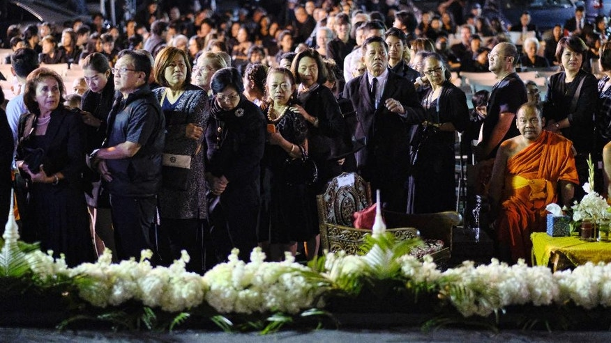 Thai people line up to pay their respects to King Bhumibol Adulyadej during a memorial at Wat Thai Temple in the North Hollywood section of Los Angeles on Friday, Oct.14, 2016. The world's longest-reigning monarch died at 88 on Thursday.(AP Photo/Richard Vogel)