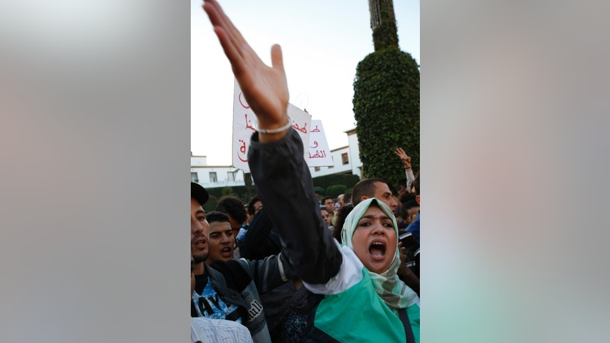 A Moroccan Woman shouts as some thousands of Moroccans protest against the death of Mouhcine Fikri last Friday in the northern city of Hoceima in Rabat, Morocco, Sunday, Oct. 30, 2016.  Crowds of Moroccans are protesting, seemingly incensed by the death of a fisherman crushed to death in a garbage truck.  (AP Photo/Abdeljalil Bounhar)