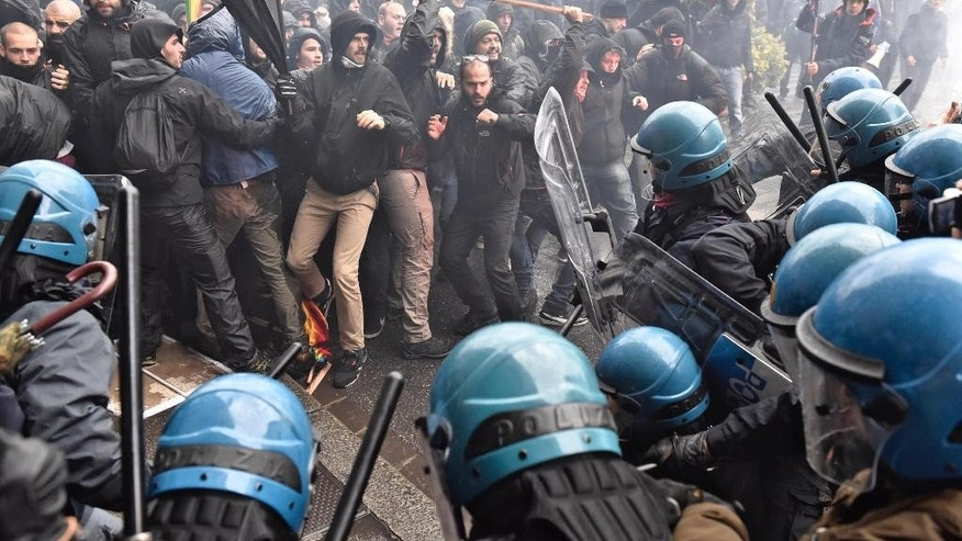 Demonstrators clash with police during a protest against Prime Minister Matteo Renzi, in Florence, Italy, Saturday, Nov. 5, 2016. (Maurizio Degl'Innocenti/ANSA via AP)