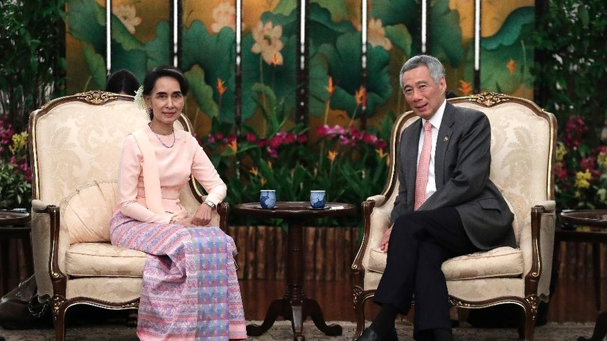 Myanmar's Foreign Minister Aung San Suu Kyi, left, meets with Singapore's Prime Minister Lee Hsien Loong at the Istana or presidential palace on Wednesday, Nov. 30, 2016, in Singapore. Suu Kyi is on a three day official visit to the city-state. (AP Photo/Wong Maye-E)