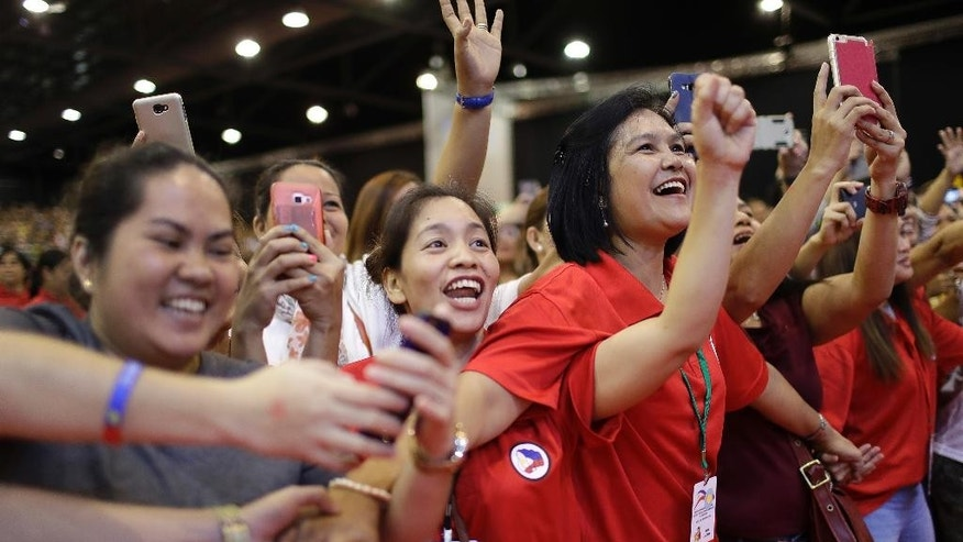 Filipino supporters cheer as Philippine President Rodrigo Duterte arrives to meet the Filipino community in Singapore on Friday, Dec. 16, 2016.(AP Photo/Wong Maye-E)