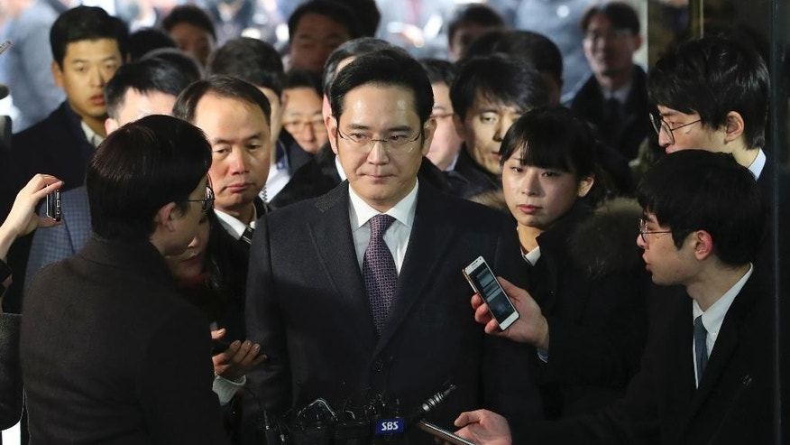 Lee Jae-yong, center, a vice chairman of Samsung Electronics Co. arrives at the Seoul Central District Court in Seoul, South Korea, for a hearing Wednesday, Jan. 18, 2017. The Seoul Central District Court will decide whether to arrest Lee after prosecutors requested the arrest earlier this week. (AP Photo/Lee Jin-man)