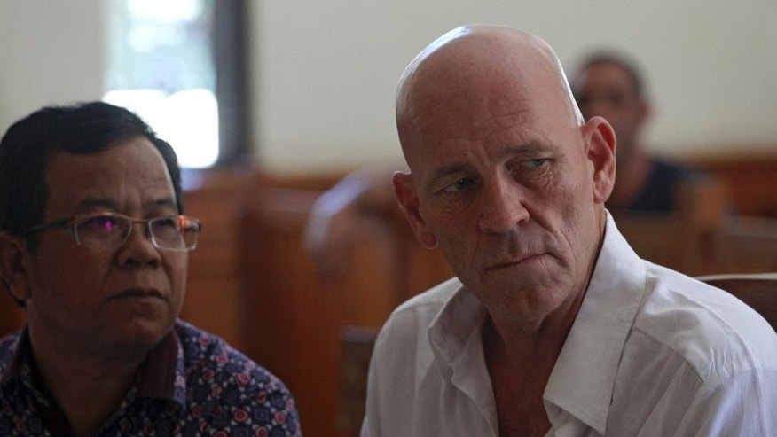 British national and former news correspondent David Fox, right, listens to a prosecutor during his trial in Bali, Indonesia, Thursday, Jan. 19, 2017. Indonesian police arrested David Fox October last year for allegedly possessing hashish. (AP Photo/Firdia Lisnawati)