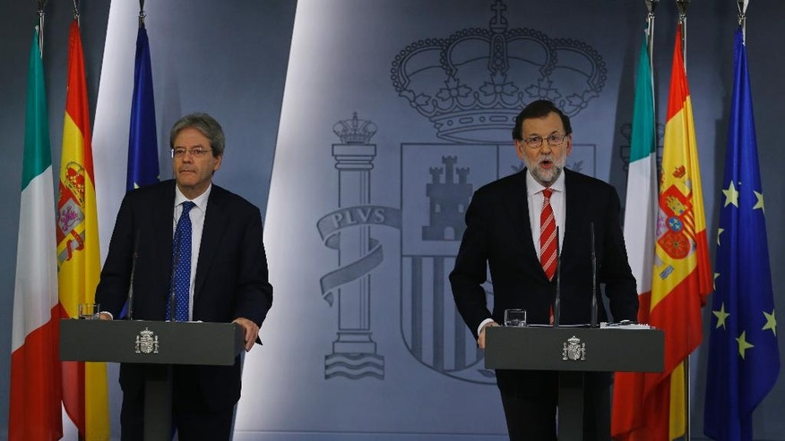 Italy's Premier Paolo Gentiloni , left and Spain's Prime Minister Mariano Rajoy hold a joint news conference at the Moncloa Palace in Madrid, Spain, Friday Jan. 27, 2017. (AP Photo/Francisco Seco)