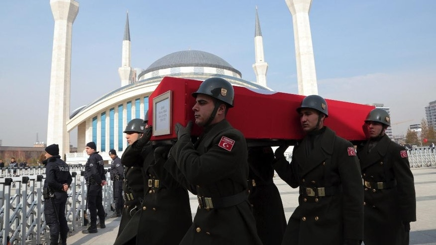Military honour guard carry the coffin of Mahmut Uslu, one of five Turkish soldiers killed in an attack by IS militants around the Syrian town al Bab on Tuesday night, during a ceremony in Ankara, Turkey, Thursday, Feb. 9, 2017. (AP Photo/Burhan Ozbilici)