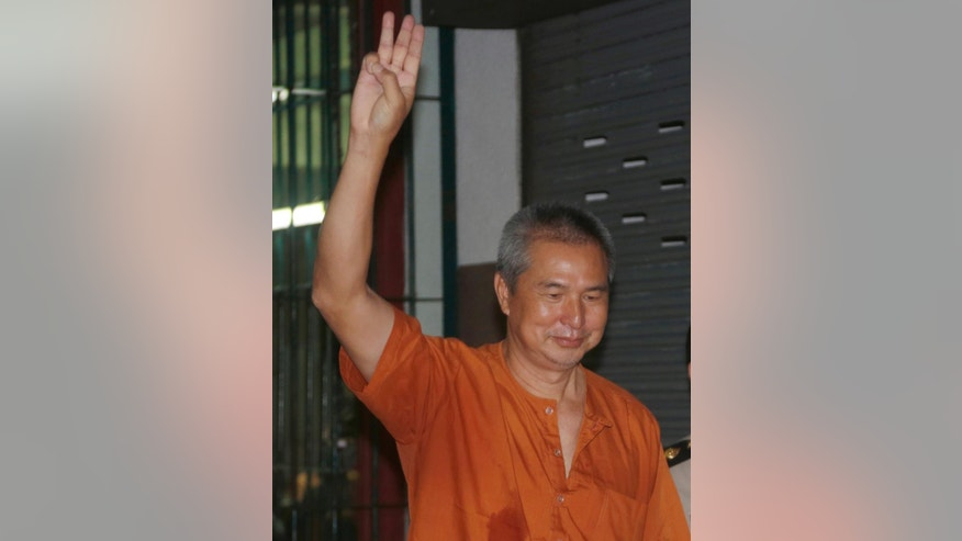 Magazine editor Somyot Pruksakasemsuk waves after the announcement of a court ruling in Bangkok, Thailand, Thursday, Feb. 23, 2017. The longest-serving prisoner jailed for violating controversial laws designed to protect the Thai monarchy had his sentence shortened from 11 years to seven years by Thailand's Supreme Court on Thursday. (AP Photo/Sakchai Lalit)