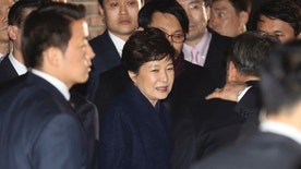 Ousted South Korea's former President Park Geun-hye, center, arrives at her private home in Seoul, South Korea, Sunday, March 12, 2017. Park on Sunday expressed defiance toward the corruption allegations against her as she vacated the presidential palace and returned to her home two days after the Constitutional Court removed her from office. (Choi Jae-koo/Yonhap via AP)
