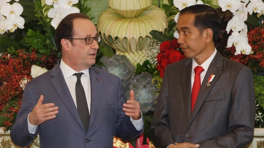 "French President Francois Hollande, left, talks with his Indonesian counterpart Joko ""Jokowi"" Widodo before their joint press conference following a meeting at Merdeka Palace in Jakarta, Indonesia, Wednesday, March 29, 2017. Hollande is on a two-day visit to the country as part of a regional tour to boost ties with Asia. (AP Photo/Achmad Ibrahim)"