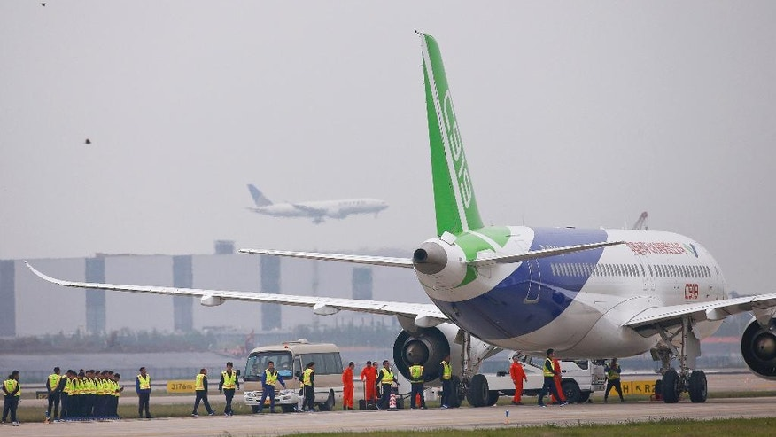 1st large Chinese-made passenger jet makes its maiden ...