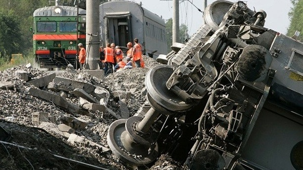 Rescuers work at the site of a train derailment near the village of Malaya Vishera in the Novgorod region, about 500 km (310.7 miles) northwest of Moscow August 14, 2007. Russia launched a terrorism investigation on Tuesday after a bomb derailed an express train travelling from Moscow to St. Petersburg, overturning carriages and injuring dozens of passengers.  REUTERS/Denis Sinyakov  (RUSSIA) - GM1DVXSVXGAA
