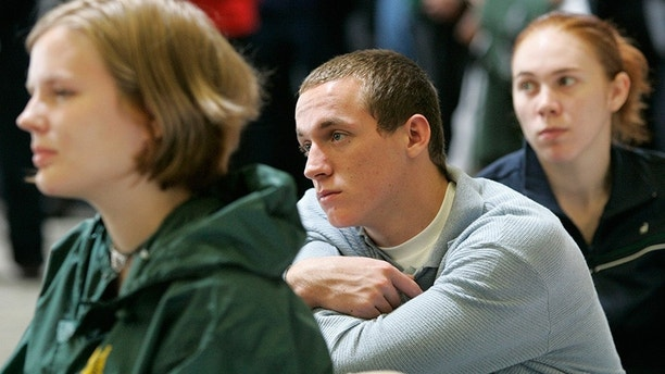 Nineteen-year-old Ian Cary (C) of New Orleans listens during an orientation for the University of San Francisco in San Francisco, California, September 9, 2005. The university has taken in 117 students from six colleges in New Orleans. REUTERS/Kimberly White  KW - RP6DRMZXGKAA