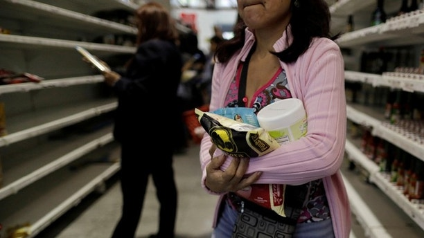 People buy food and other staple goods inside a supermarket in Caracas, Venezuela, July 25, 2017. REUTERS/Ueslei Marcelino - RC12748A2570