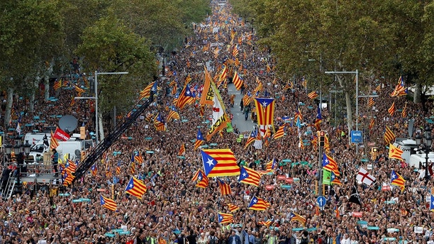 People wave Catalan separatist flags during a demonstration organised by Catalan pro-independence movements ANC (Catalan National Assembly) and Omnium Cutural, following the imprisonment of their two leaders Jordi Sanchez and Jordi Cuixart,  in Barcelona, Spain, October 21, 2017.  REUTERS/Gonzalo Fuentes - RC1BADA01AC0
