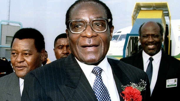 Zimbabwe's President Robert Mugabe arrives at Jan Smuts airport in Johannesburg to attend the summit of the 11th state Southern African Development Community August 26, 1995.  REUTERS/Patrick de Noirmont - PBEAHUNCUEX