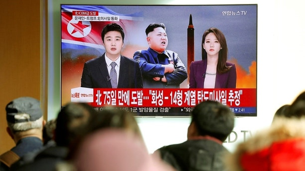People watch a TV broadcasting a news report on North Korea firing what appeared to be an intercontinental ballistic missile (ICBM) that landed close to Japan, in Seoul, South Korea, November 29, 2017.  REUTERS/Kim Hong-Ji     TPX IMAGES OF THE DAY - RC1CB3DCA500