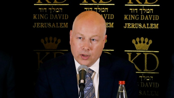 Jason Greenblatt (C), U.S. President Donald Trump's Middle East envoy, sits next to Tzachi Hanegbi (L), Israeli Minister of Regional Cooperation and Mazen Ghoneim, head of the Palestinian Water Authority, during a news conference in Jerusalem July 13, 2017. REUTERS/Ronen Zvulun - RTX3B939