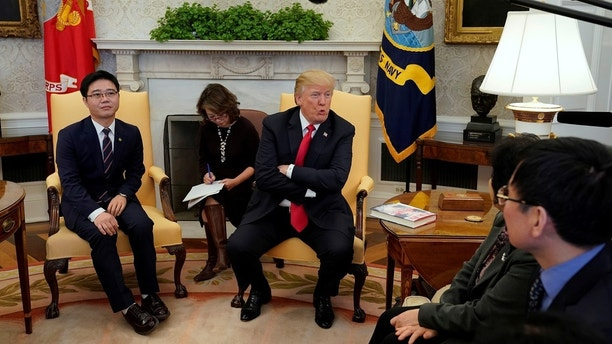 U.S. President Donald Trump meets with North Korean defectors in the Oval Office of the White House in Washington, U.S., February 2, 2018. REUTERS/Yuri Gripas - RC1E6EDD8A70