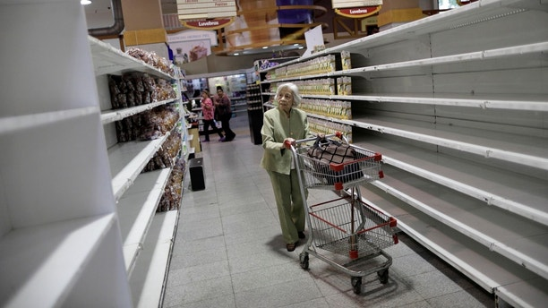 People buy food and other staple goods inside a supermarket in Caracas, Venezuela, July 25, 2017. REUTERS/Ueslei Marcelino     TPX IMAGES OF THE DAY - RC12D652B000