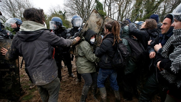 Protesters try to block French gendarmes during an evacuation operation in the zoned ZAD (Deferred Development Zone) in Notre-Dame-des-Landes, near Nantes, France, April 9, 2018. REUTERS/Stephane Mahe - RC133B632E30