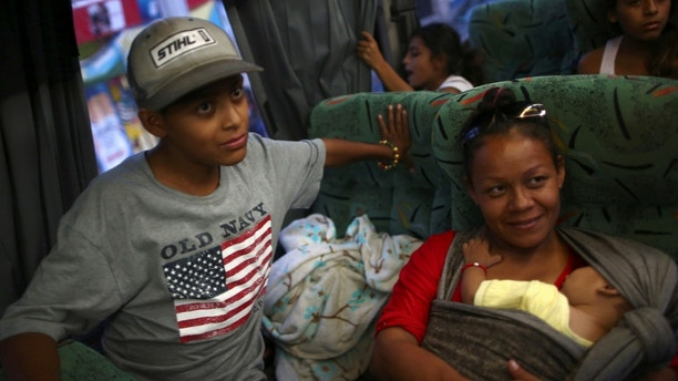 Central American migrants, moving in a caravan through Mexico, travel to Mazatlan, as part of their new travel route, in Tlaquepaque, in Jalisco state, Mexico April 19, 2018.  REUTERS/Edgard Garrido - RC14F603C6C0