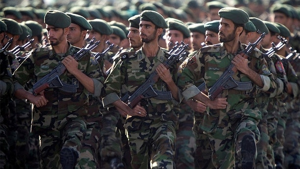 Members of Iran's Revolutionary Guards march during a military parade to commemorate the 1980-88 Iran-Iraq war in Tehran September 22, 2007. REUTERS/Morteza Nikoubazl/File Photo - S1AETZITNEAA