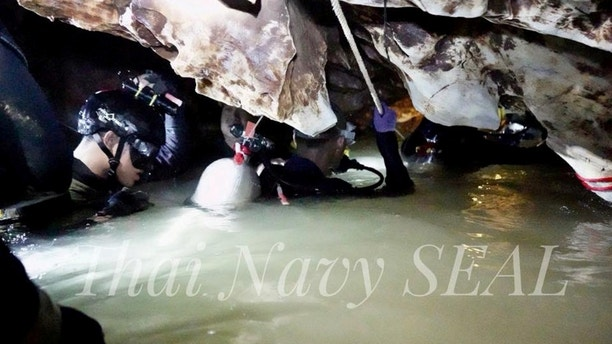 Rescue personnel work at the Tham Luang cave complex, as members of an under-16 soccer team and their coach have been found alive according to local media, in the northern province of Chiang Rai, Thailand July 4, 2018. Thai Navy Seal/Handout via REUTERS THIS IMAGE HAS BEEN SUPPLIED BY A THIRD PARTY. MANDATORY CREDIT. NO RESALES. NO ARCHIVES. - RC1B4B99C7A0