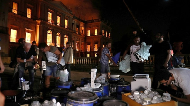 People rescued during a fire at the National Museum of Brazil in Rio de Janeiro, Brazil, September 2, 2018. REUTERS / Ricardo Moraes - RC1E3E218990