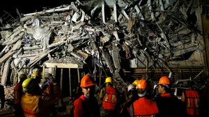 Rescuers work at the site of a collapsed building after an earthquake in Mexico City, Mexico September 20, 2017. REUTERS/Henry Romero - RC1D69CCBF90