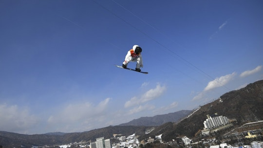 Snowboarding - Pyeongchang 2018 Winter Olympics - Men's Halfpipe Qualification - Phoenix Snow Park - Pyeongchang, South Korea - February 13, 2018 - Shaun White of the U.S. competes. REUTERS/Dylan Martinez - DEVEE2D0GGIGF