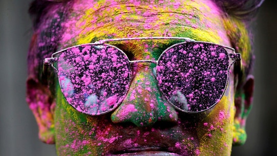 A man smeared in coloured powder poses during Holi celebrations in Kolkata, India, March 1, 2018. REUTERS/Rupak De Chowdhuri     TPX IMAGES OF THE DAY - RC1FF8F07830