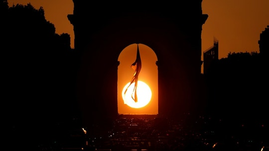 The sun is seen in the middle of the Arc de Triomphe at sunset during a phenomenon happening twice a year in Paris, France, May 10, 2018. REUTERS/Charles Platiau - RC1516F11DF0