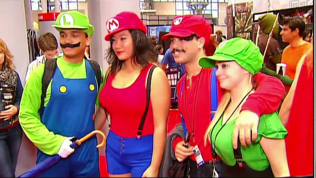 What attracts fans to comic conventions?