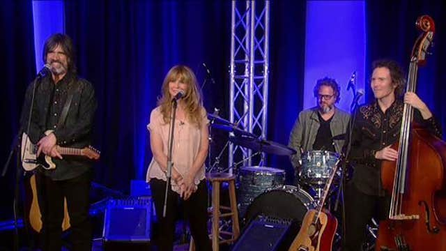 Larry Campbell & Teresa Williams sing 'Keep Your Lamp Trimmed and Burning'