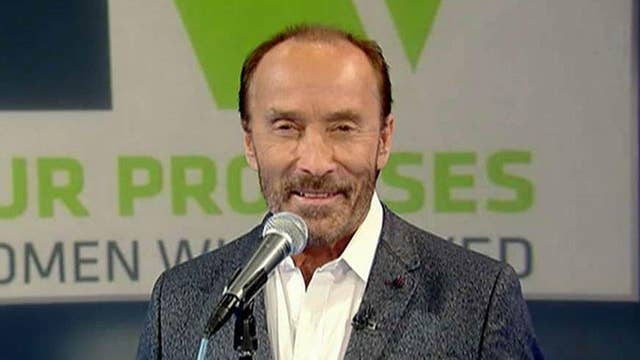 """Lee Greenwood performs """"God Bless the USA"""""""