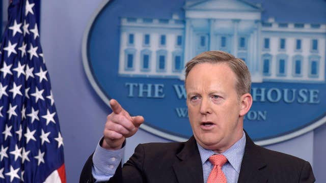 Woman takes on Sean Spicer in Apple store