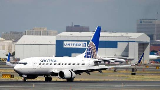 United Airlines workers protest in effort to unionize