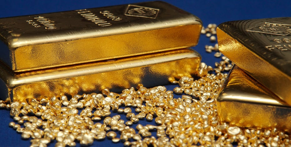 Concerns over crisis in Eastern Europe and slowing economic growth in China have caused gold and silver to extend their rise.