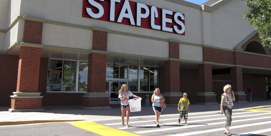 Diane Macedo reports that Staples fell short of estimates with its 2Q earnings.