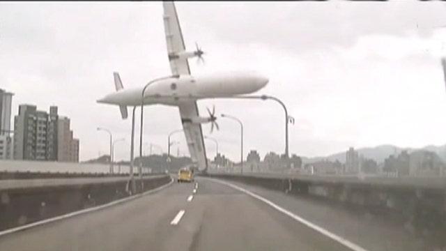TransAsia plane crashes into Taipei River