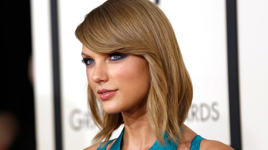 Lancôme beauty expert Sandy Linter shows us how to get Taylor Swift's bright lips and cat eyes.